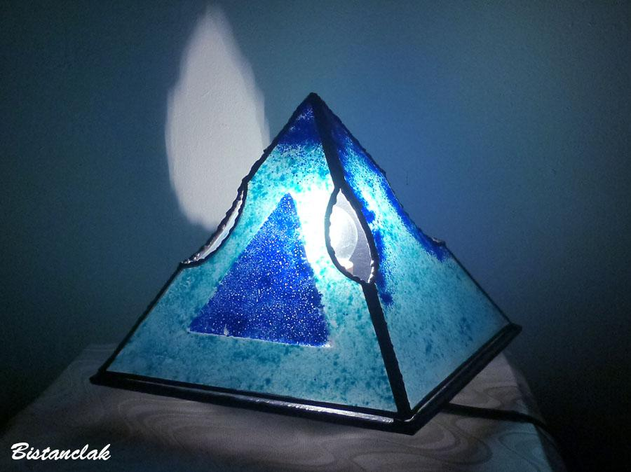 Lampe artisanale pyramide lumineuse bleu creation ardeche