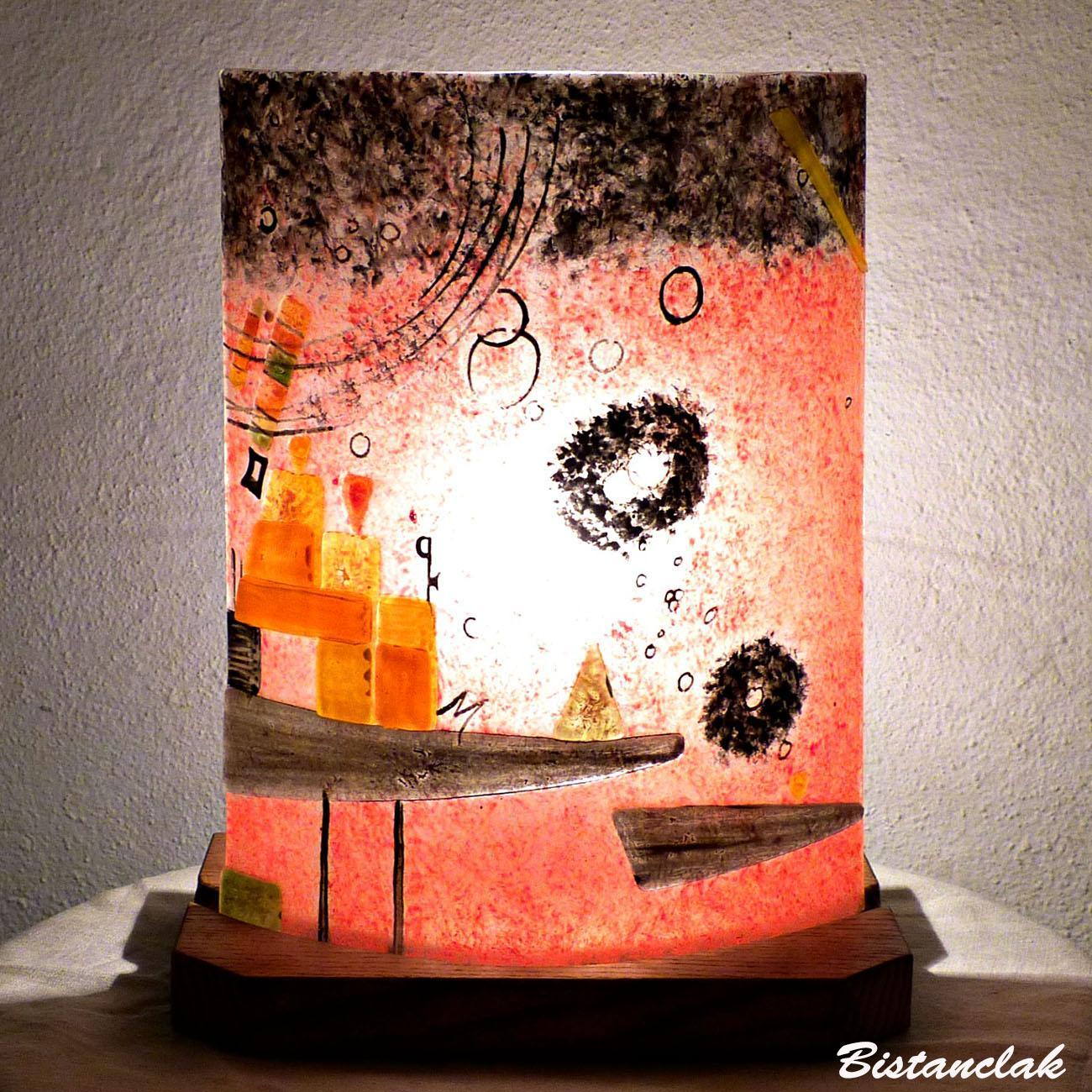 Lampe artisanale rouge et multicolore au design geometrique inspiré de kandinsky