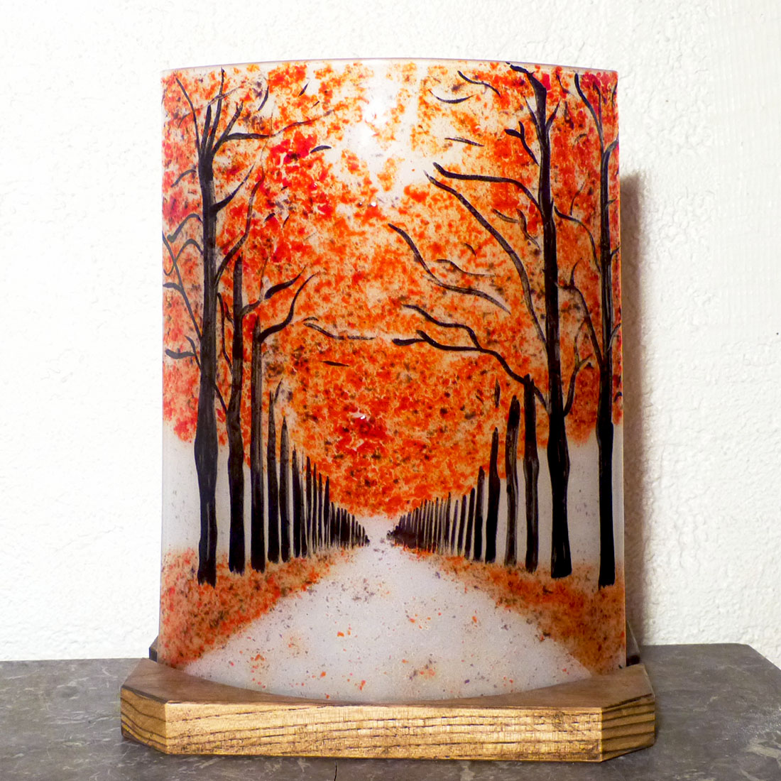 Lampe artisanale une allee d arbres rouge