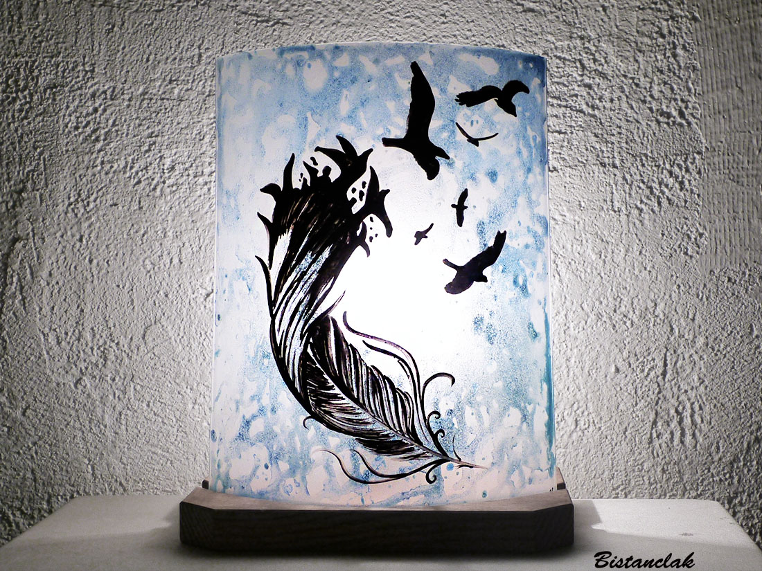 Lampe décorative en verre bleu délavé vendue en ligne sur notre site au dessin d'une plume et d'oiseaux