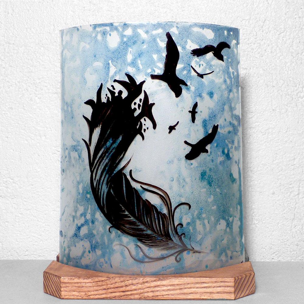 Lampe décorative artisanale bleu délavé motif plume et oiseaux vendue en ligne sur notre site.