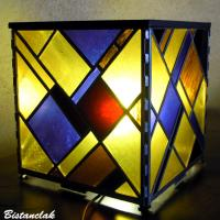 Lampe vitrail carré motif géométrique jaune violet rouge