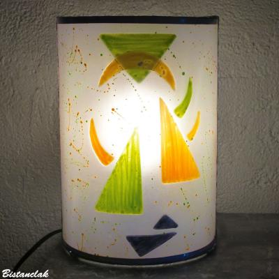 Lampe cylindrique blanche motif géométrique orange et vert