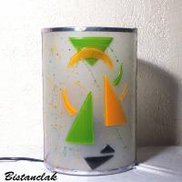 luminaire cylindrique design geometrique motif triangle orange et vert