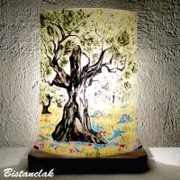 Lampe motif olivier dans un champs