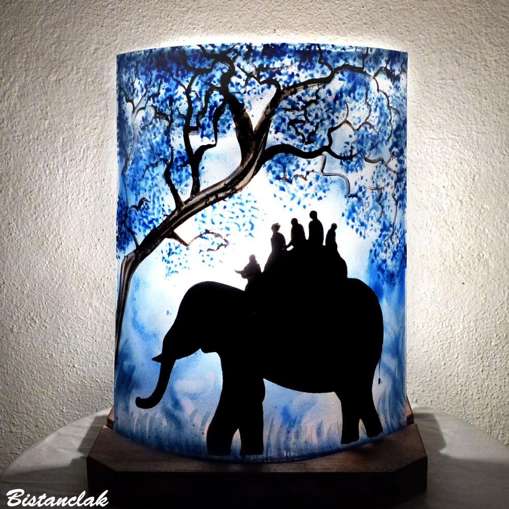 Lampe d ambiance bleu au dessin d une ballade d elephant vendue en ligne sur notre site une creation artisanale francaise par bistanclak 4