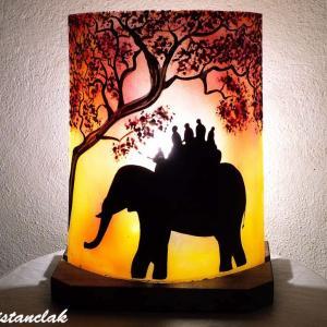 Lampe d ambiance jaune et rouge au dessin d une ballade a dos d elephant vendue en ligne sur notre site une lampe artisanale fabriquee en france par bistanclak