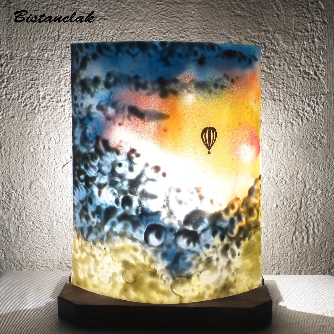 Lampe d ambiance motif mongolfiere dans un ciel multicolore vendue en ligne une création artisanale française