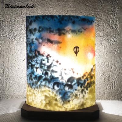 Lampe demi cylindre motif montgolfière dans un ciel multicolore