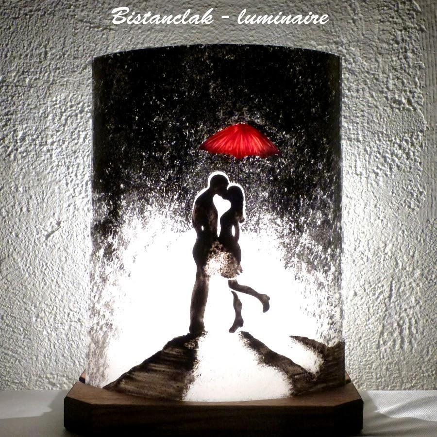 Lampe romantique décorative noire, blanche et rouge motif un baiser sous un parapluie