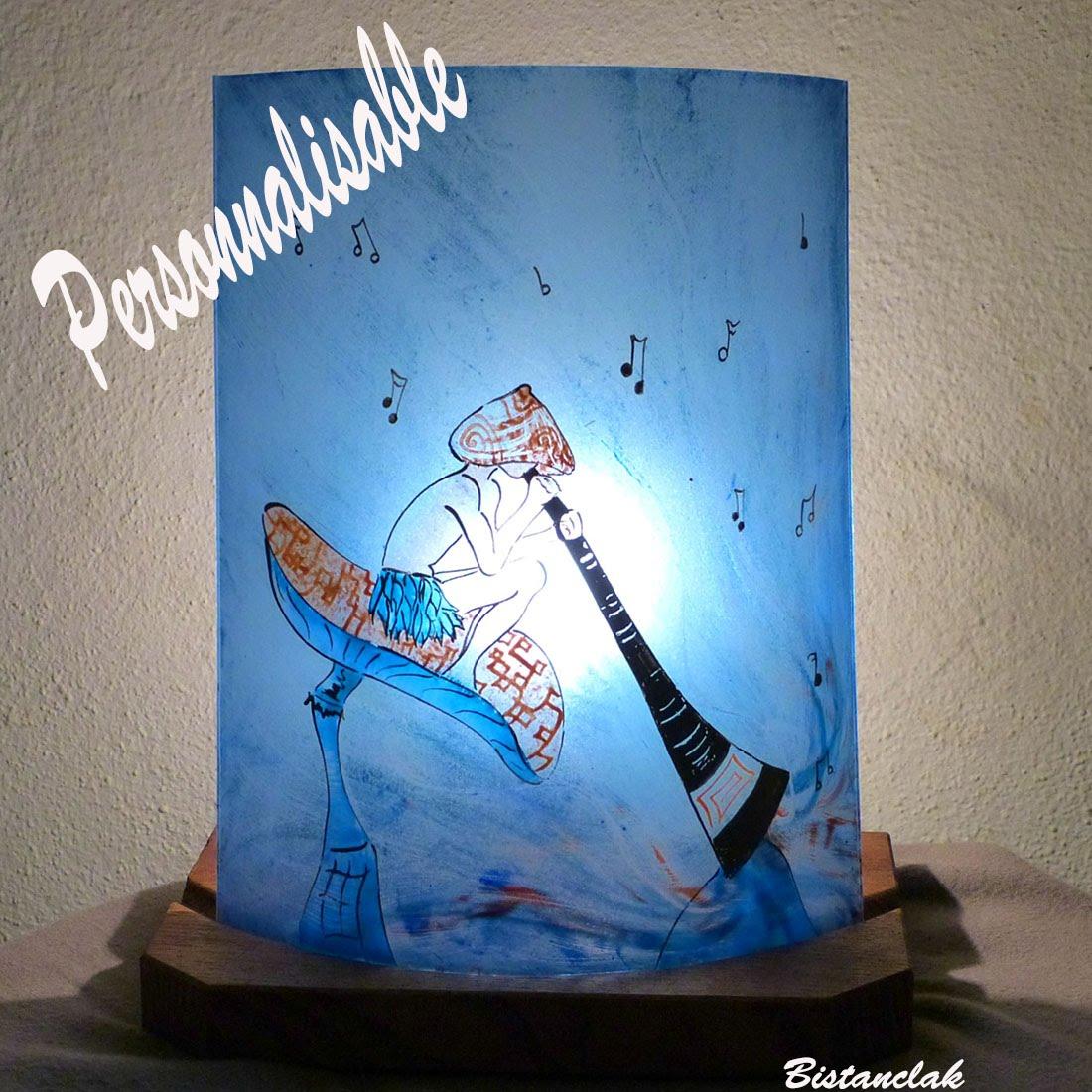 Lampe decorative a poser personnalisable motif le lutin joueur de didjeriddo