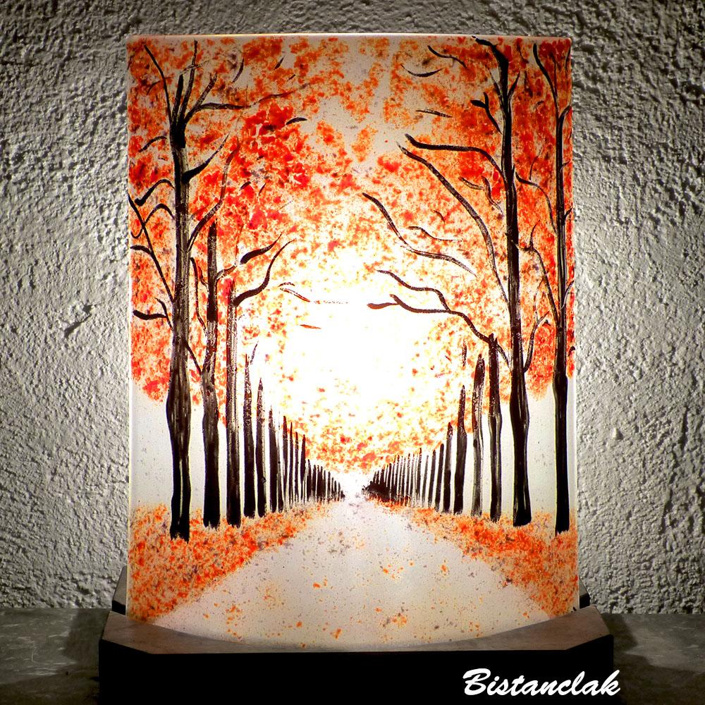Lampe decorative rouge au dessin d une allee bordee d arbres