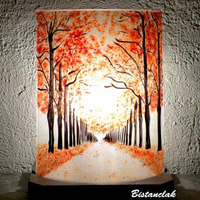 Lampe d'ambiance décorative au dessin d'une allée bordée d'arbres rouge