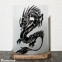 Lampe decorative blanche au dessin d un dragon noir vendue en ligen sur notre site