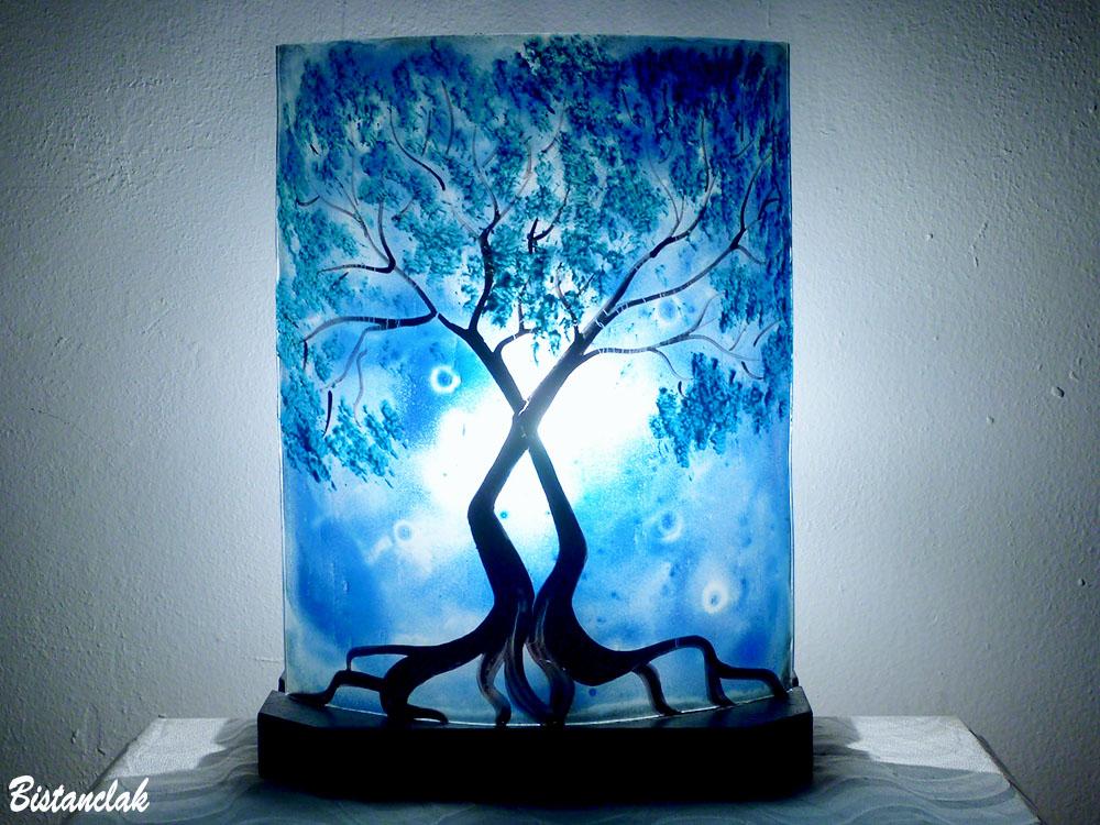 Lampe decorative bleu cobalt motif arbre au feuillage bleu cyan vendue en ligne