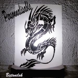 Lampe decorative personnalisable au dessin d un dragon stylise proposee a la vente en ligne sur notre site