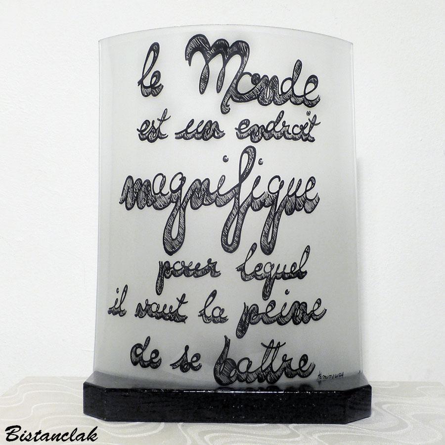 Lampe demi cylidre blanche decoree d une texte