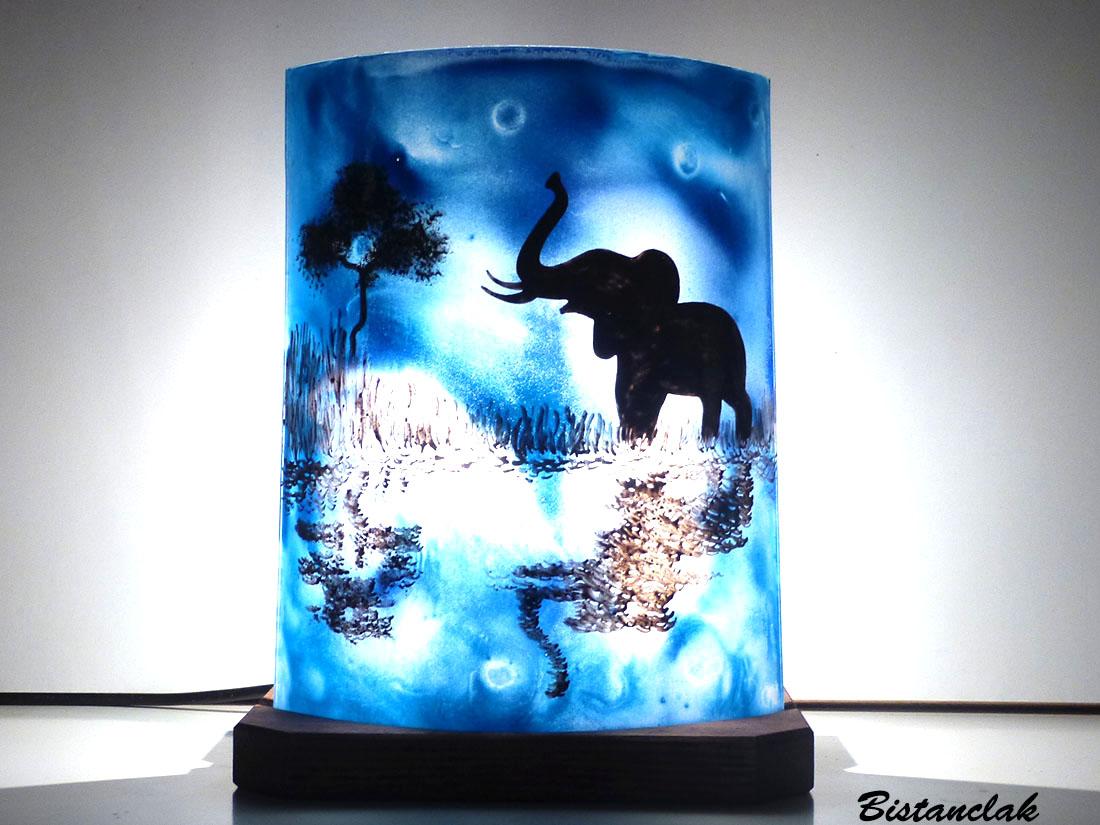 Lampe d'ambiance bleu en verre motif éléphant au bord de l'eau