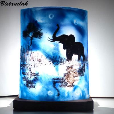 Lampe demi cylindre bleu motif éléphant au bord de l'eau