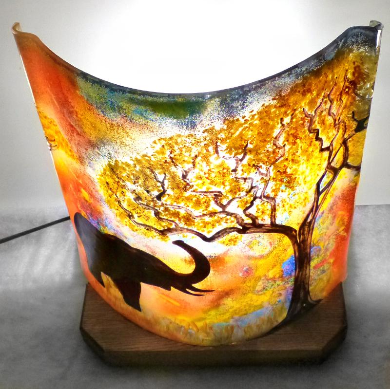 lampe artisanale multicolore motif l phant la trompe lev e. Black Bedroom Furniture Sets. Home Design Ideas