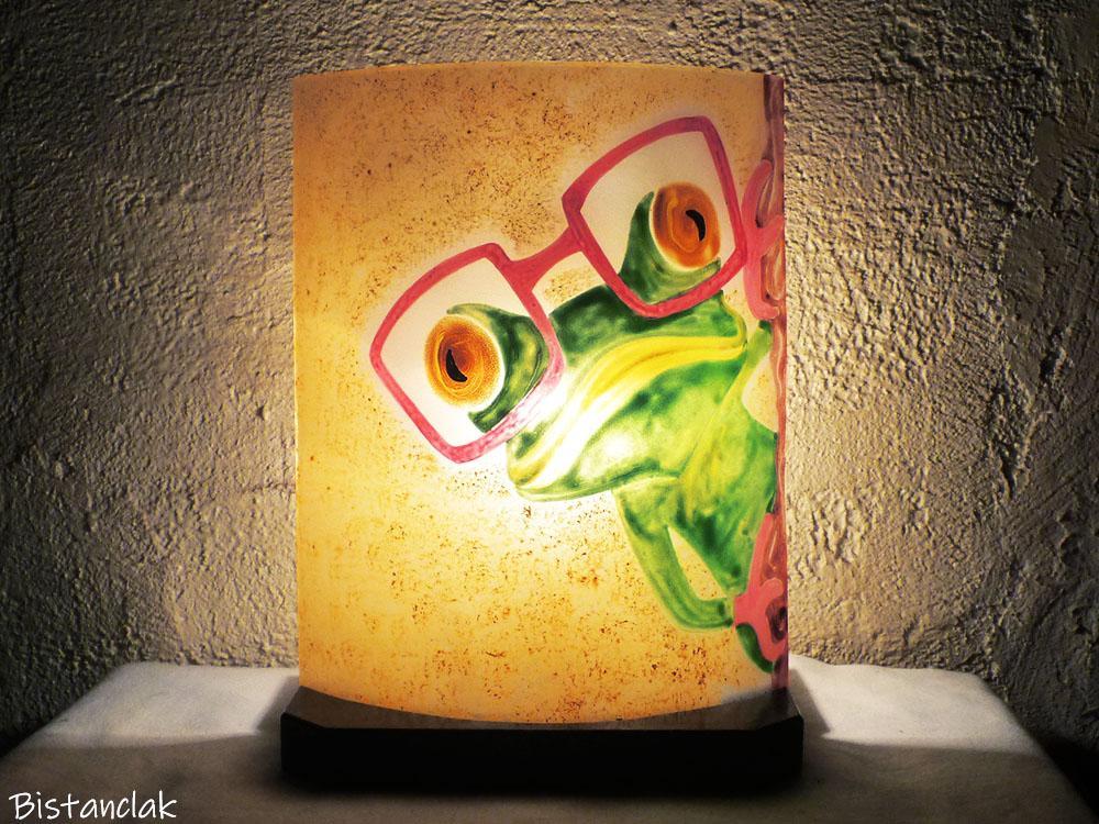 Lampe en verre motif grenouille a lunette rouge vendue en ligne