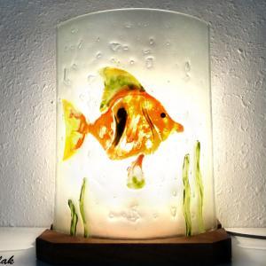 Lampe d'ambiance artisanale motif poisson orange, vert et jaune vendue en ligne sur notre site; création artisanale française de luminaire par Bistanclak