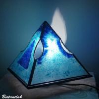 Lampe pyramide artisanale en verre coloree cyan et bleu cobalt par bistanclak