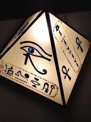 Lampe pyramide à motifs égyptiens