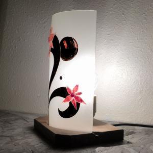 Lampe sur socle fleurs etranges detail 1