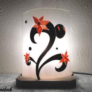 Lampe sur socle fleurs etranges eclairee 1