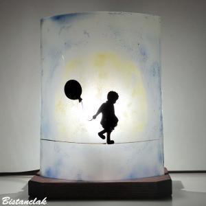 Lampe d'ambiance simple motif la petite fille au ballon et la lune; création artisanale française de luminaires