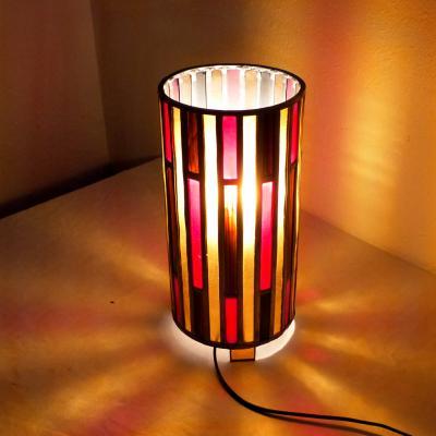 Lampe vitrail cylindrique rouge, ambre clair et brun chamarré