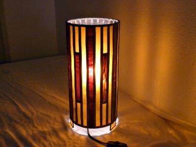 Lampe vitrail cylindrique ambre et rouge chamarré foncé