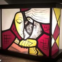 Lampe vitrail decorative design abstrait jaune et rouge creation artisanale francaise