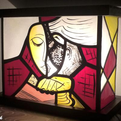 Vitrail lumineux motif abstrait la liseuse jaune et rouge