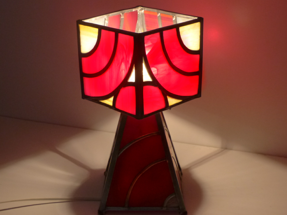Luminaire vitrail rouge et ambre design géométrique