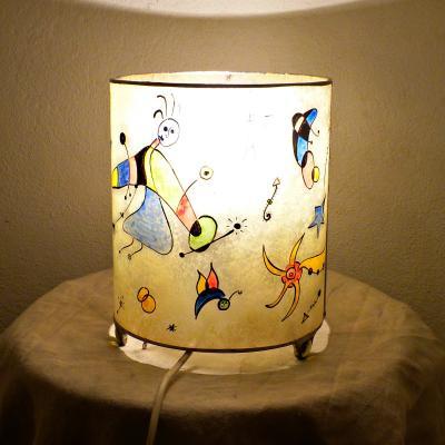lampe ronde jaune et multicolore l'univers de Miro