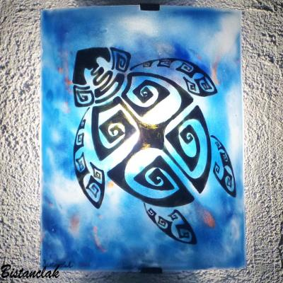 Luminaire applique artisanale coloree bleu motif tortue stylisee