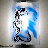 Luminaire applique blanche et bleu motif lezard stylise