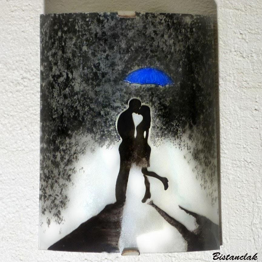Luminaire applique demi cylindre romantique noir et blanc au motif d un couple s embrassant sous un parapluie bleu 1