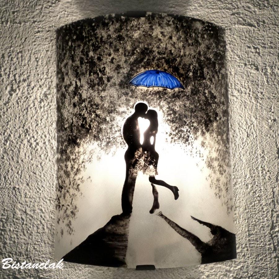 applique romantique au motif de l'étreinte d'un couple sous un parapluie bleu vendue en ligne