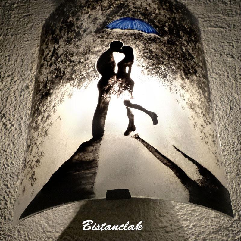 Luminaire applique demi cylindre romantique noir et blanc au motif d un couple s embrassant sous un parapluie bleu 3
