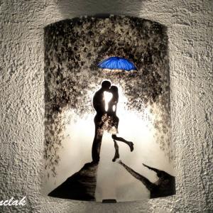 Luminaire applique demi cylindre romantique noir et blanc au motif d un couple s embrassant sous un parapluie bleu 4