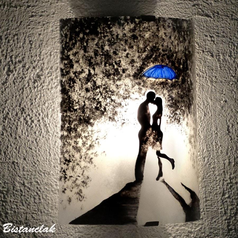 Luminaire applique demi cylindre romantique noir et blanc au motif d un couple s embrassant sous un parapluie bleu 5