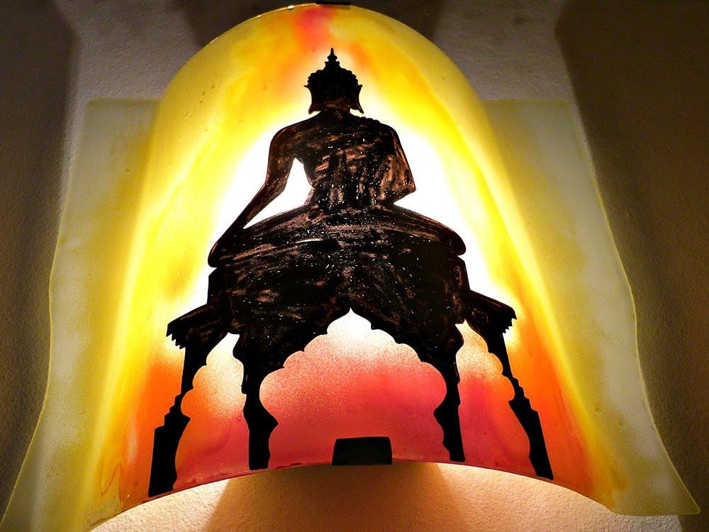 Luminaire applique murale artisanale jaune orange rouge motif statue de bouddha 2