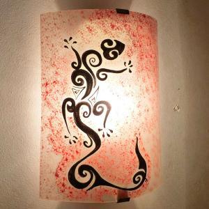 Luminaire applique murale artisanale rouge a motif lezard ou salamandre stylisee 1 1