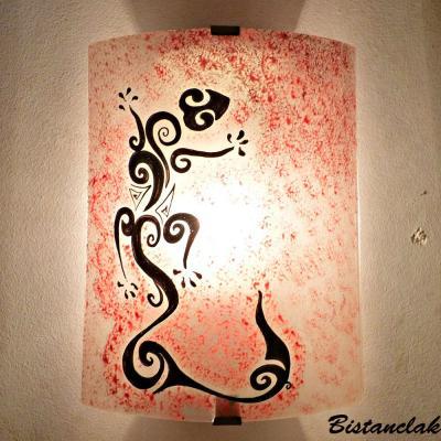 Luminaire applique murale rouge motif Salamandre noire stylisée