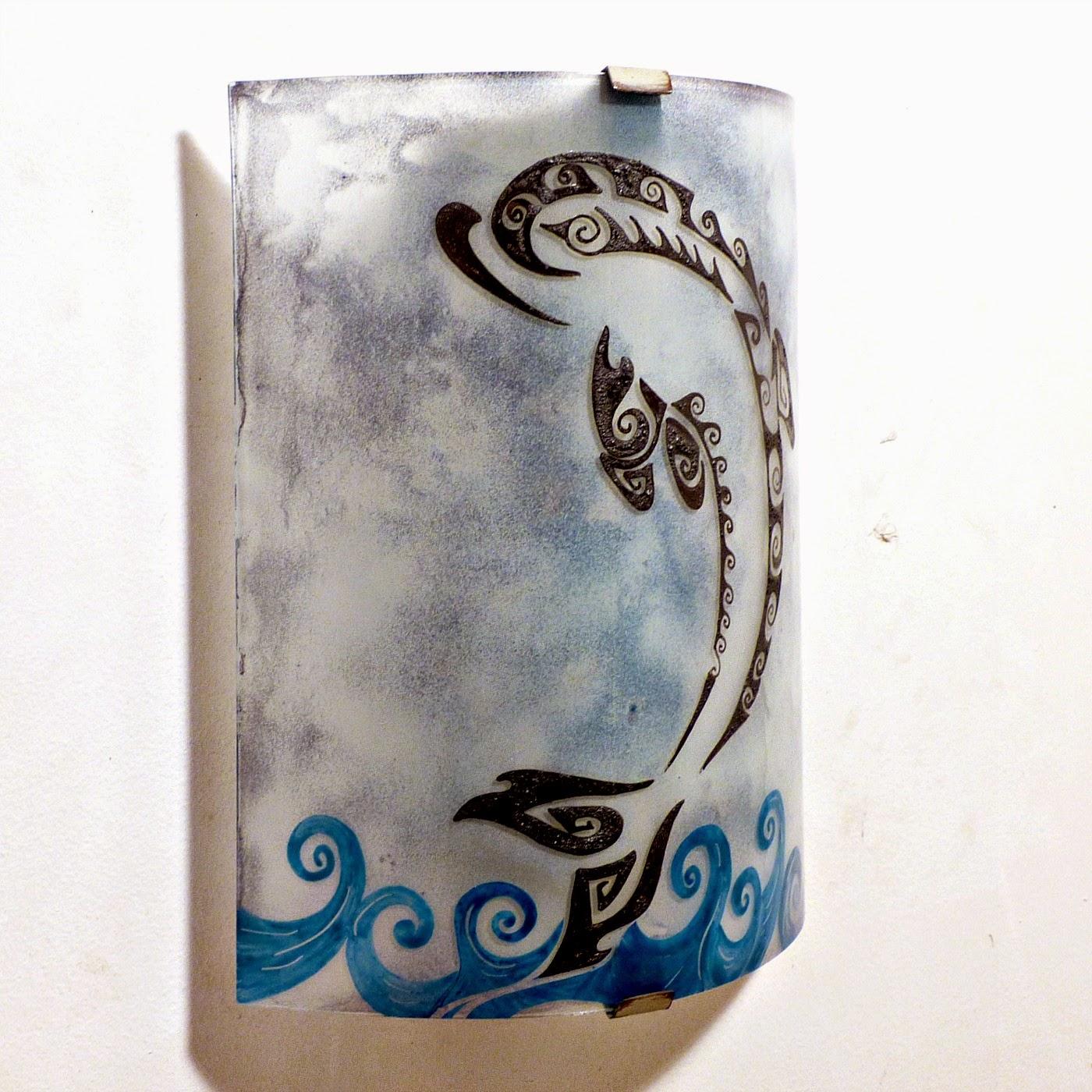 Luminaire applique murale gris bleute motif dauphin stylise 1