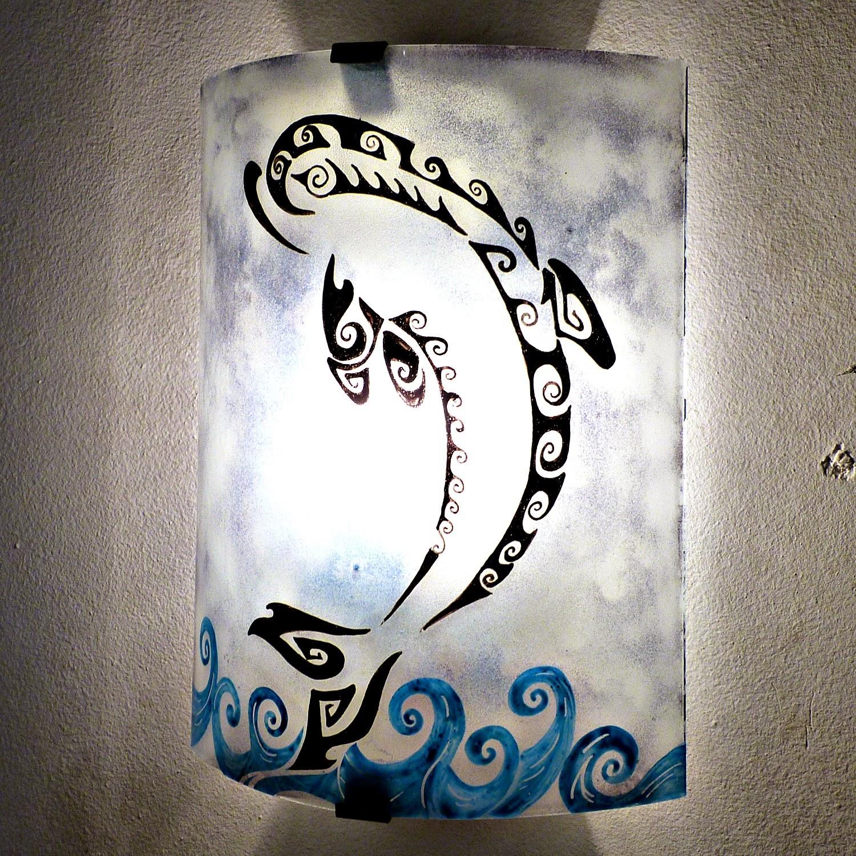 Luminaire applique murale gris bleute motif dauphin stylise 4