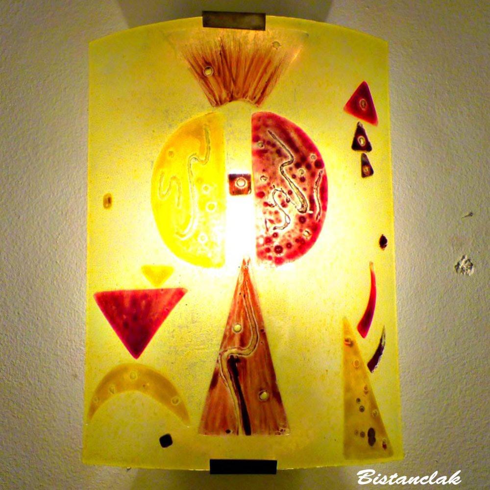 Luminaire mural jaune et rouge au design geometrique inspiré de Kandinsky